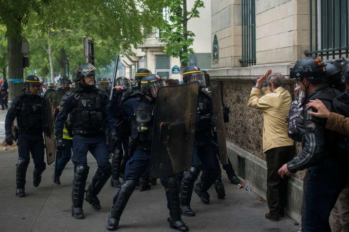 Paris, France le 1er Mai 2019 : Manifestation de Gilets Jaunes au départ de Montparnasse pour place d'Italie. Les manifestants sont nassés bd de l'hopital et les forces de l'ordre procèdent à des interpellations.