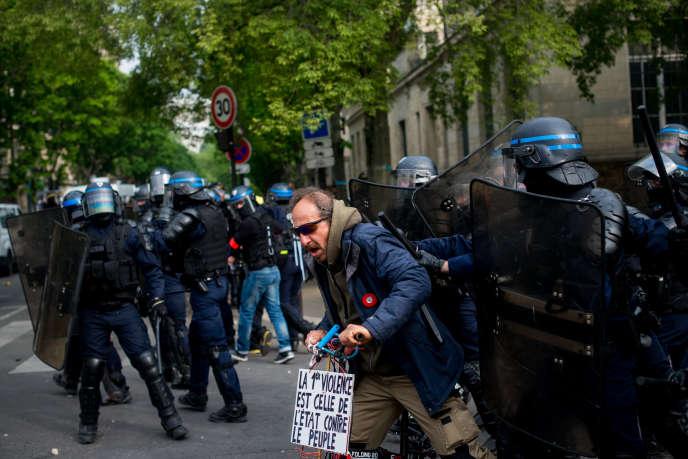 Compagnie d'intervention, le 1er mai, sur le boulevard de l'Hôpital à Paris.