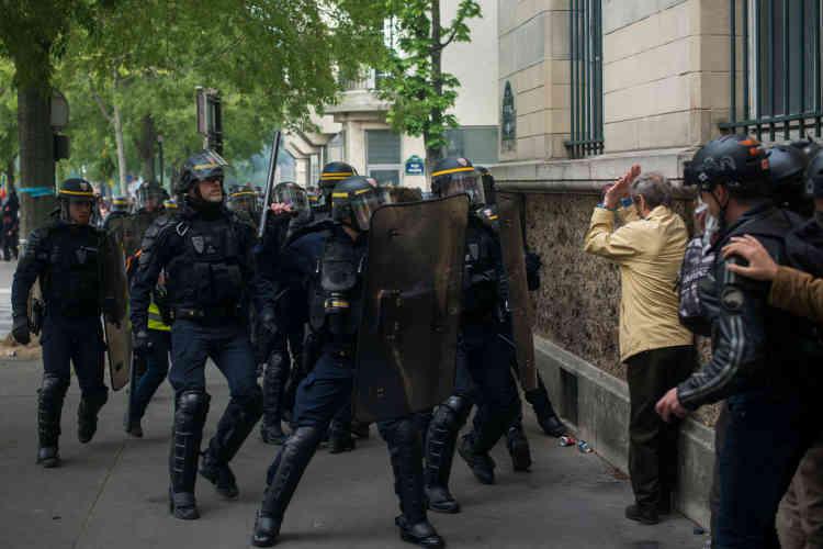 Une personne âgée, qui observait les mouvements des forces de l'ordre, se retrouve isolée face à eux, après que ceux-ci ont procédé à l'interpellation d'un manifestant.[Mise à jour le 2 mai à 15 h 45 : cette légende a été modifiée.]