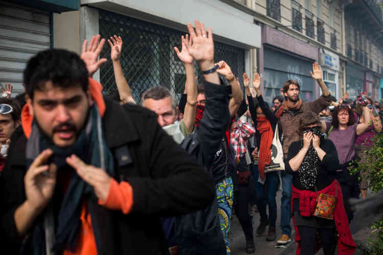 Des manifestants se massent boulevard Saint-Marcel pour se mettre à l'abri.