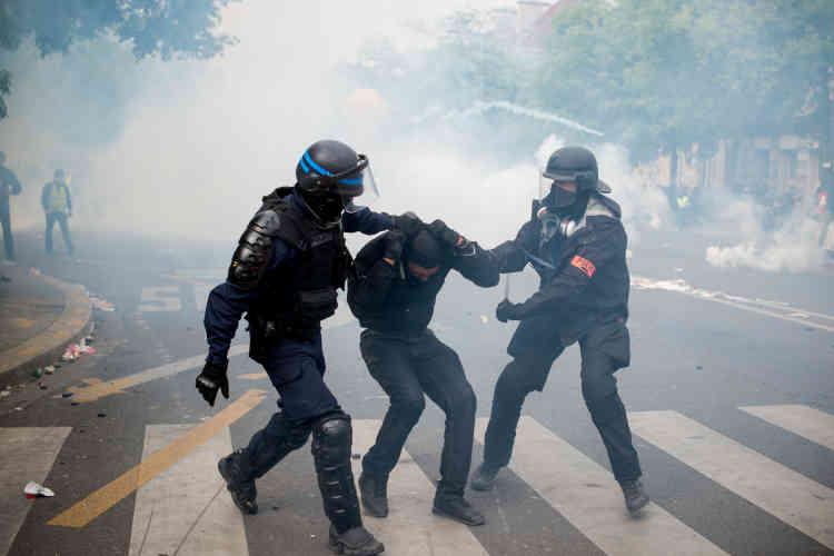Un manifestant interpellé par les policiers sous les coups d'une matraque téléscopique, boulevard de l'Hôpital.