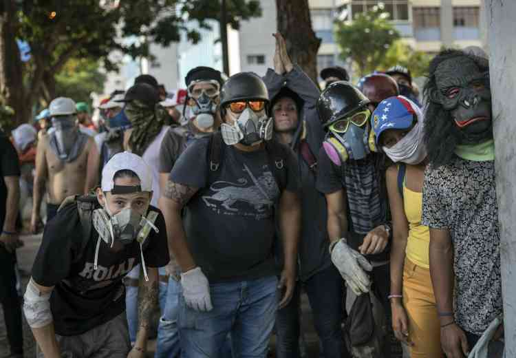 Près de la base militaire aérienne de La Carlota, d'où Juan Guaido avait assuré mardi avoir le soutien d'un groupe de soldats, des dizaines de manifestants au visage couvert ont fait face plusieurs heures durant aux forces de l'ordre.