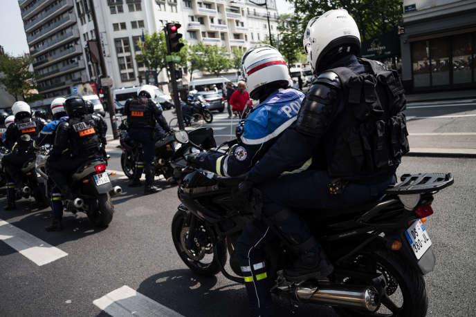 De nombreux policiers à moto de la BRAV-M à Paris, le 1er mai.