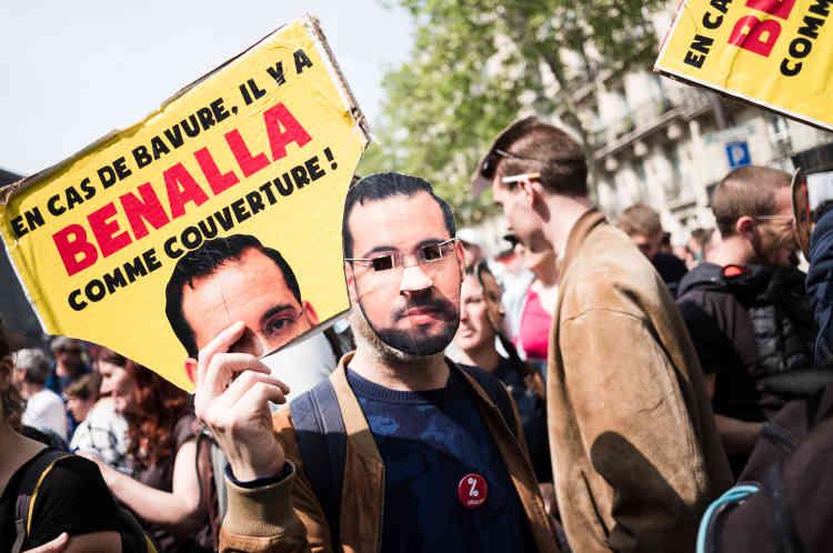 Dans le cortège, beaucoup de manifestants se sont munis d'un masque à l'effigie d'Alexandre Benalla pour marquer la date anniversaire de l'affaire.