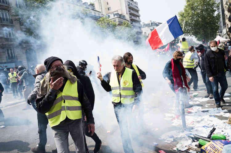 Premiers heurts. Les manifestants marchent au milieu d'un nuage de gaz lacrymogènes.
