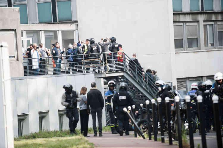 Des personnes, guidées par de nombreux policiers, sont interpellées à l'hôpital de la Pitié-Salpêtrière, où elles avaient semble-t-il cherché refuge.