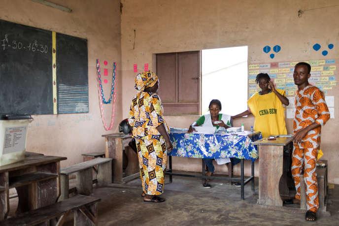 Dans un bureau de vote à Cotonou, au Bénin, lors des élections législatives du 28avril 2019.