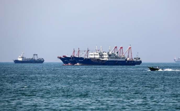 Cargos naviguent au large de la ville portuaire iranienne de Bandar Abbas, principale base de la marine de la république islamique.