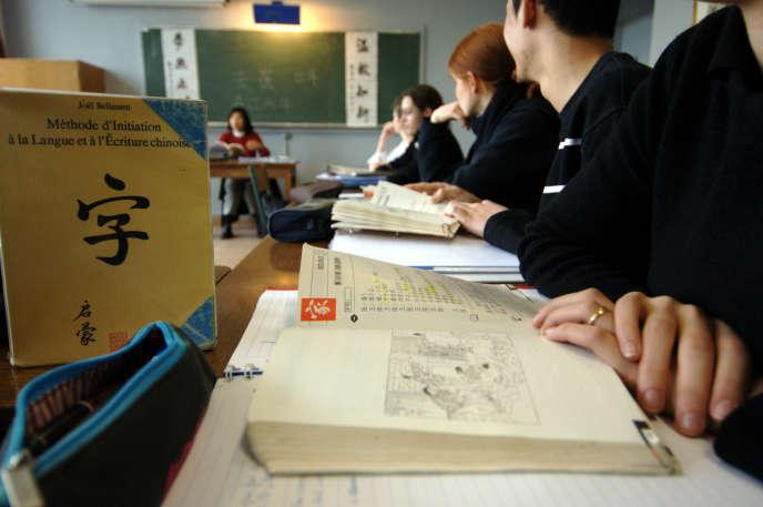 Des élèves d'une classe de terminale, au lycée Malherbe de Caen, en cours de chinois, en 2005.