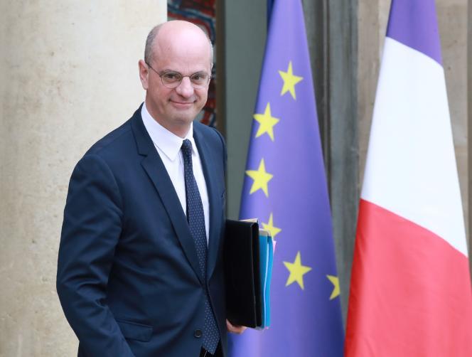 Le ministre de l'éducation nationale, Jean-Michel Blanquer, quittant l'Elysée après le conseil des ministres, le 10 avril.