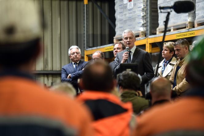 Le ministre de l'économie, Bruno Le Maire, à l'usine Ascoval de Saint-Saulve, le 2 mai.