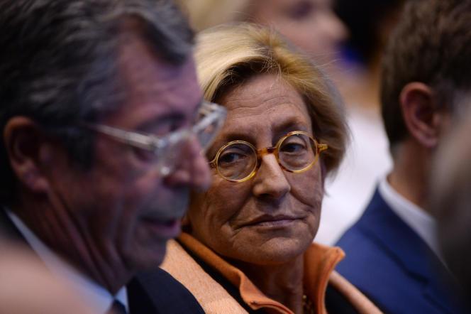 Patrick Balkany (à gauche), maire de Levallois-Perret, et son épouse, Isabelle, première adjointe à la mairie de Levallois-Perret, assistent à un meeting des Republicains, à Issy-les-Moulineaux le 9 décembre 2015.
