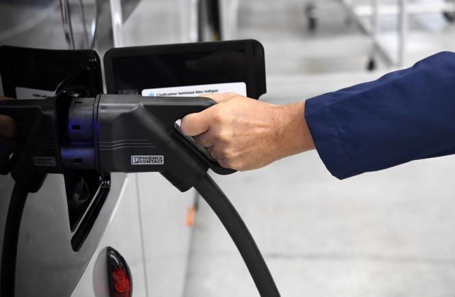Un bus électrique raccordé à une borne de charge en octobre 2017.