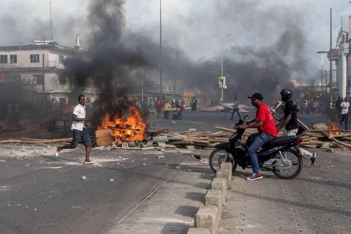 Une barricade enflammée dans le quartier de Cadjehoun, à Cotonou, au Bénin, le 1ermai 2019.
