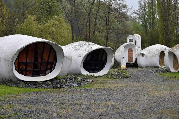 Les maisons-bulles de PascalHaüsermann, à Raon-l'Etape (Vosges), le 27 avril.