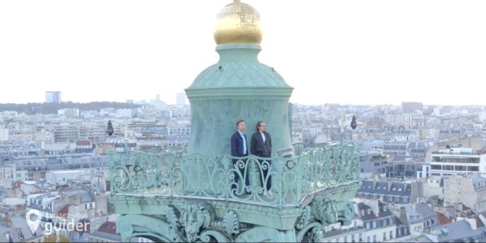 Lorant Deutsch et Stéphane Bern sous le génie de la Bastille, dans l'émission« Laissez vous guider» consacrée aux hauts lieux de la Révolution française, et diffusée jeudi soir 2 mai.