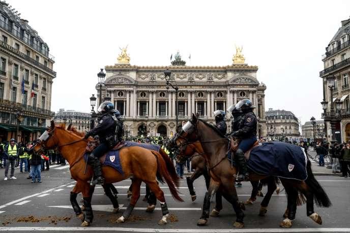 Des brigades équestres devant la place de l'Opéra, le 15 décembre à Paris.