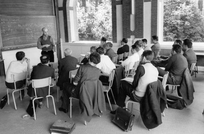 Le mathématicien Alexandre Grothendieck, lors d'une conférence à l'Institut des hautes études scientifiques de Bures-sur-Yvette (Essonne), en janvier 1960.
