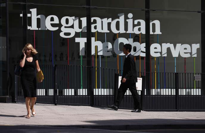 Des passants devant le bâtiment du« Guardian», à Londres, en août 2013.