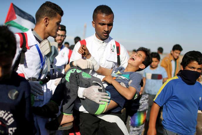 Un jeune Palestinien est évacué suite à une manifestation à la frontière entre la bande de Gaza et Israël, bande de Gaza, le 3 mai 2019.