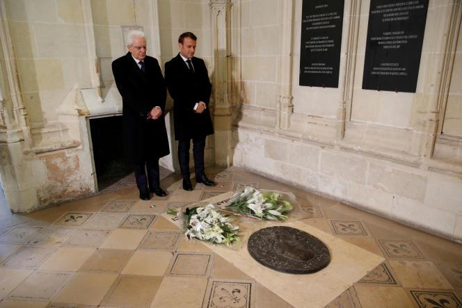 Sergio Mattarella et Emmanuel Macron sur la tombe de Léonard de Vinci à la chapelle Saint-Hubert du château d'Amboise (Indre-et-Loire), le 2 mai.