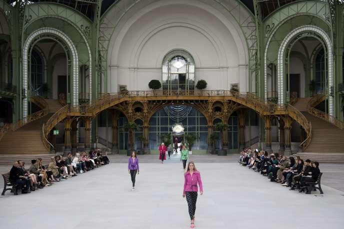 Pour son premier défilé croisière en tant que directrice artistique de Chanel, Virginie Viard avait transformé le Grand Palais en hall de gare.