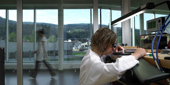 Au Brassus, dans les ateliers Audemars Piguet, entourés par la forêt du Risoux,le travail de la main est minutieux.
