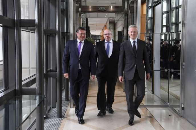 Maros Sefcovic, le commissaire européen à l'énergie, le ministre allemand de l'économie, Peter Altmaier, et son homologue français Bruno Le Maire (de gauche à droite),jeudi 2 mai, à Bercy.