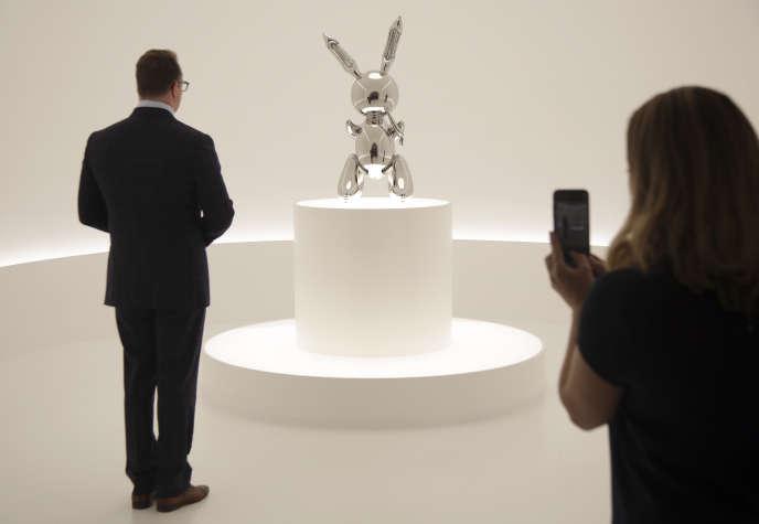 « Rabbit», une sculpture de Jeff Koons, à la maison de vente aux enchères Christie's à New York, le 3 mai.