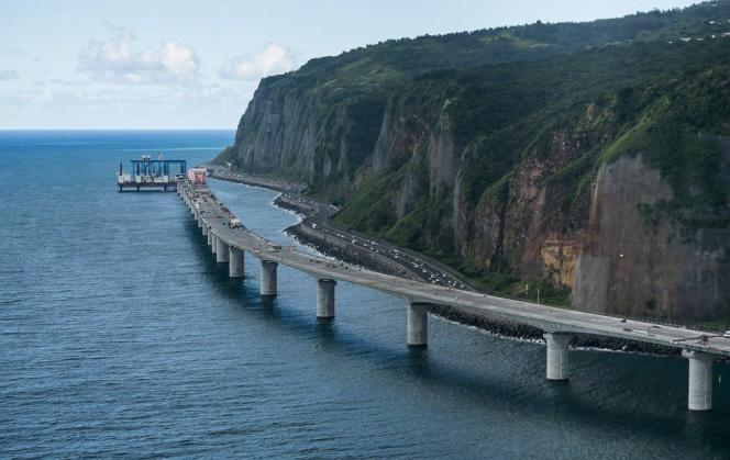 Construction de la nouvelle route du littoral à La Réunion en 2018.
