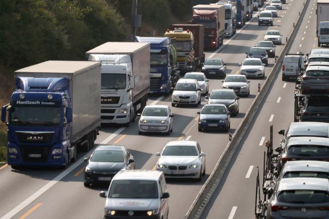 Sur la file de droite des autoroutes européennes, notamment en Allemagne et en France, des monstres de quarante tonnes roulent plus ou moins vite.