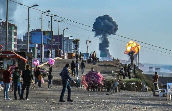 Des Palestiniens se sont rassemblés sur la plage de Gaza-ville, alors que des explosions retentissent, le 4 mai.