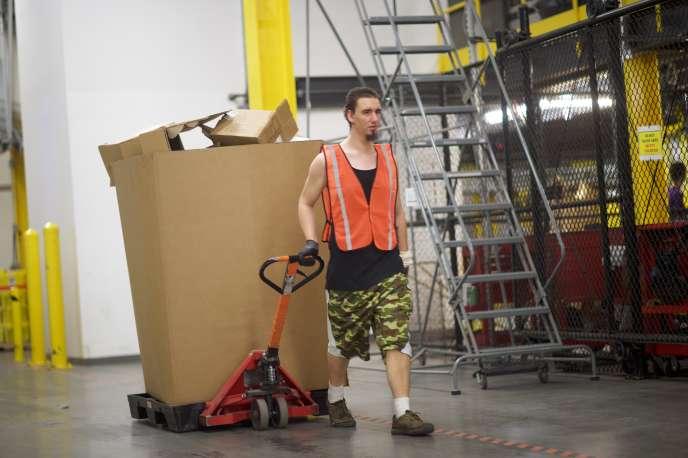 Un salarié d'Amazon à Robbinsville dans le New Jersey, le 2 août 2017. Aux Etats-Unis, l'entreprisea dû augmenter son salaire minimum à 15dollars, le 1er novembre 2018.