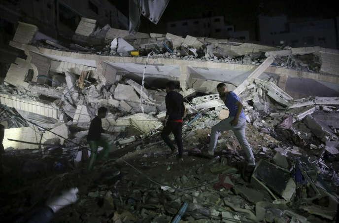 Des habitants de Gaza-ville inspectent les ruines d'un bâtiment touché par une frappe israélienne, le 4 mai.