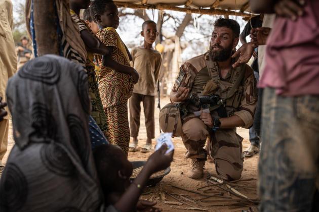 L'adjudant Pierre, l'un des chefs d'équipe des actions civilo-militaires (Cimic) de «Barkhane», distribue des coupons d'accès aux soins àOuinerden.