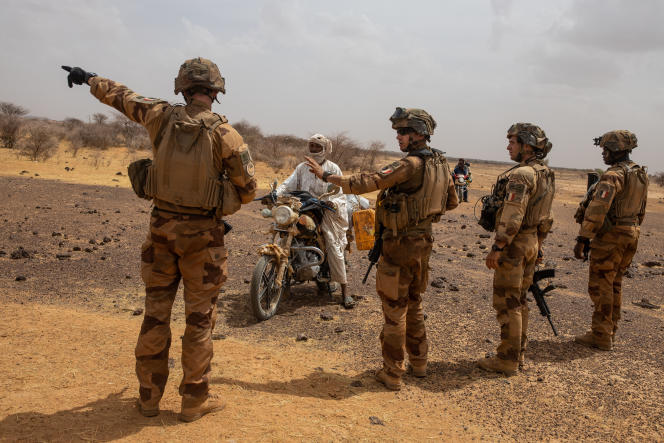 Fouille par des soldats de l'opération «Barkhane» près de Gossi, au Mali, le 24 avril.