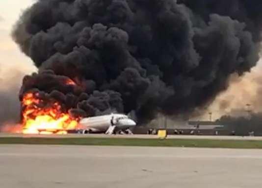 Le Sukhoi Superjet-100 en feu, sur le tarmac de l'aéroport de Moscou-Cheremetievo, le5mai.