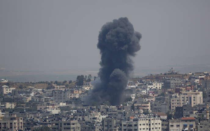 La fumée provenant d'une explosion après une frappe aérienne israélienne dans la ville de Gaza, dimanche 5 mai 2019.