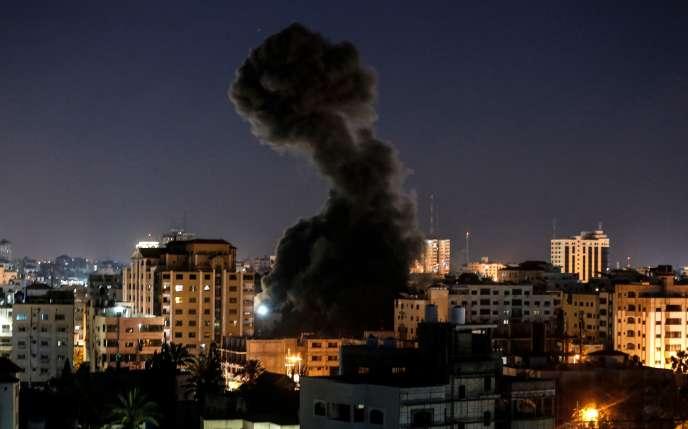 Raid aérien israélien sur la ville de Gaza, le 4 mai, en réaction aux tirs d'un barrage de roquettes sur Israël par des activistes gazaouis.