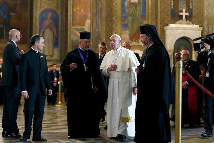 François dans la cathédrale orthodoxe Saint-Alexandre-Nevski, à Sofia, le 5 mai.
