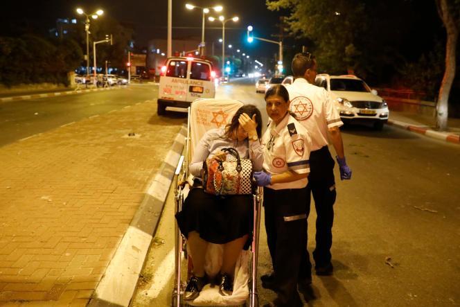 Une femme israélienne blessée après un tir de roquette, à Ashdod (Israël), le 5 mai.