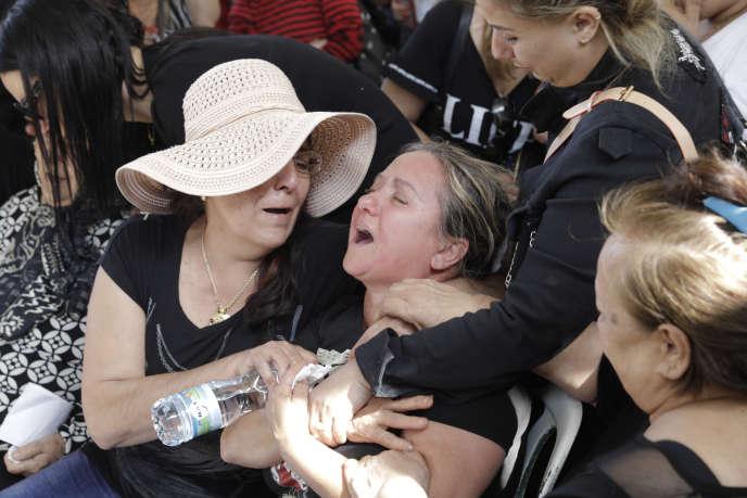 Des proches pleurent la mort d'un civil israélien tué par un tir à Ashkelon, en Israël, dimanche 5 mai.