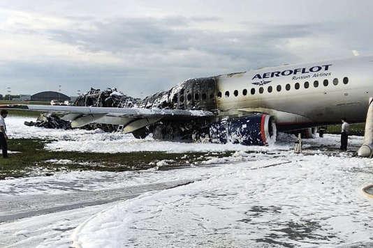 Des dizaines de personnes sont mortes après que l'avion de ligne Aeroflot a pris feu et a atterri en urgence à l'aéroport de Moscou, le 5 mai.