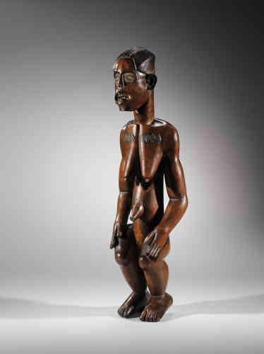 «Cette figure de reliquaire fang compte parmi les pièces les plus importantes de la collection de Félix Fénéon. Ses formes sont affirmées, l'expression de son visage est violente. Cette pièce a atteint l'un des prix les plus élevés de la vente Fénéon de 1947: 40100 francs. Elle a été acquise par un galeriste et collectionneur français, Albert Kleinmann.»
