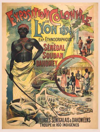 """«A la fin du XIXe siècle, les expositions coloniales se multiplient en France. Elles présentent les richesses naturelles et les productions des pays conquis. Ces manifestations sont l'occasion pour le public de découvrir """"les mœurs et les coutumes"""" de ces sociétés lointaines‒ non sans une certaine complaisance pour la beauté des corps sculpturaux. Elles dévoilent aussi les productions artistiques et artisanales.»"""
