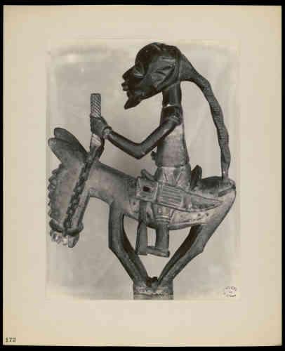 «Lors de l'exposition, presque tous les objets prêtés par Fénéon sont photographiés par Walker Evans. Les objets sont cadrés, le plus souvent de face, sur un fond neutre, et une lumière uniforme qui accentue les reliefs et souligne les détails.»
