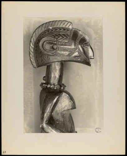 """«En 1935, le critique d'art américain, John Johnson Sweeneyorganise, à la demande du Museum of Modern Art de New York, organise une exposition intitulée """"African Negro Art"""". Félix Fénéon prête à cette manifestation‒ qui fera date‒ une quinzaine de pièces de sa collection. Nombre d'entre elles sont toujours considérées comme des chefs d'œuvre de l'art africain.»"""