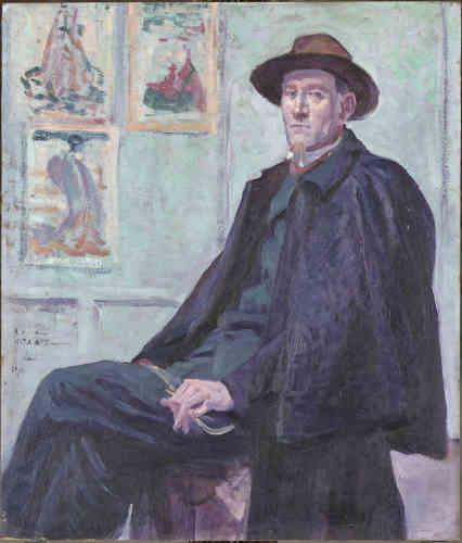 """«Maximilien Luce et Félix Fénéon se sont connus au début des années 1890, à l'époque où tous les deux fréquentaient les milieux anarchistes. Luce réalise en 1901 le portrait de son ami à une époque où celui-ci s'apprête à quitter """"La Revue blanche"""". Il le fait poser dans son atelier en insistant sur son élégance et son lien avec les arts ‒ comme l'attestent les estampes japonaises accrochées sur le mur de l'atelier.»"""