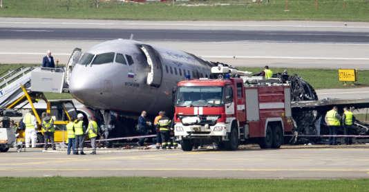 Equipes de secours autour du Soukhoï SSJ100 d'Aeroflot Airlines, à l'aéroport de Moscou-Cheremetievo, le 6 mai.