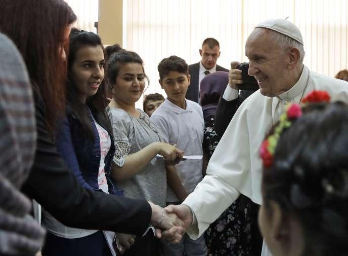 Le pape François dans un centre accueillant des réfugiés, lundi 6 mai à Sofia.